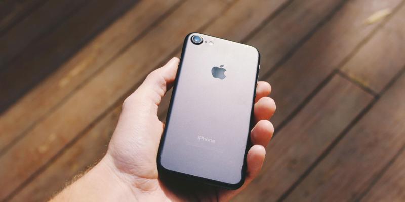 Foto di un telefono che riceve un SMS in un messaggio sanitario