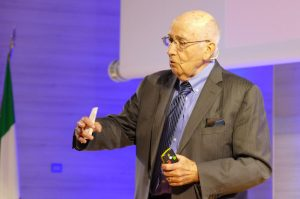 Health Marketing: foto di Kotler mentre ne spiega le caratteristiche